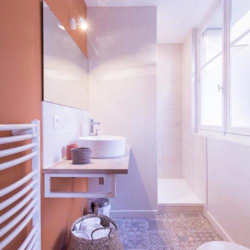 salle de bain rénovée style bord de mer